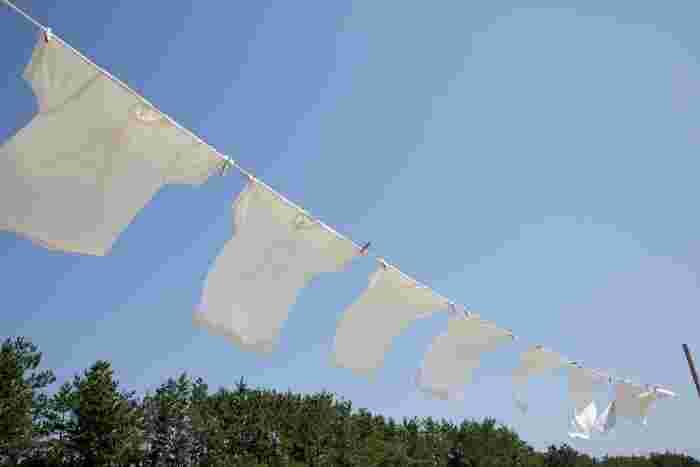 天気予報のサイトでは、天気や気温などの予測から計算し洗濯物の乾きやすさを表した「洗濯指数」が見られるものもあります。「大変よく乾く」や「よく乾く」の日なら湿度も低くカラッとしているので、布団干しに適していると言えるでしょう。毎朝洗濯指数をチェックして、布団干しのベストタイミングを逃さないようにしましょう。