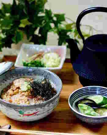 赤み魚の中でも、脂がのっていて、しっかりとした味わいのカンパチを練りゴマで漬け込んだお茶漬けです。心もお腹も満足しそうなレシピです。