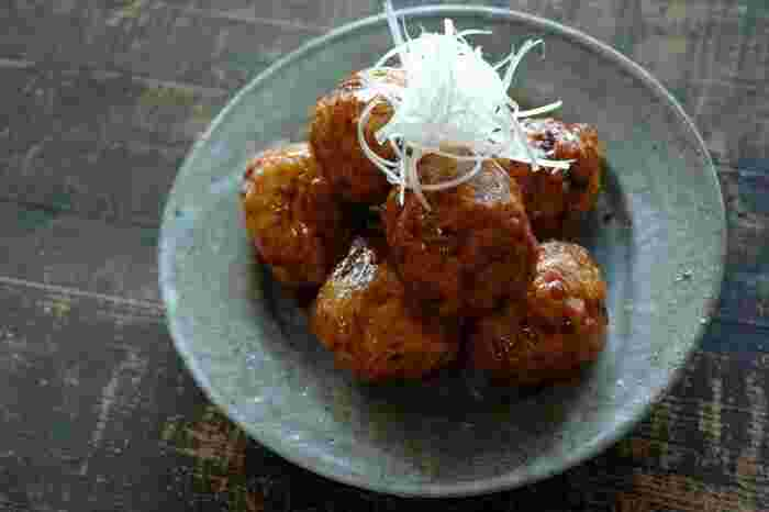 こちらは鶏肉を使った照り焼き肉団子のレシピ。上品な和食のひと皿に仕上げています。一度湯がいて作る鶏団子はまとめて作って冷凍保存も出来るので、汁ものやおかずなど便利に使えますよ。