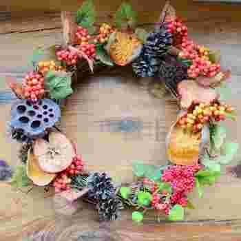 ベリーや赤い実だけでなく、秋のフルーツも加えて全体のボリューム感を出しましょう。