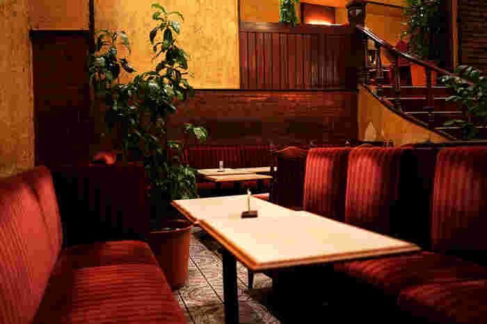 1950年に創業した新宿らんぶるは、1975年より現在の姿で営業を続けています。まるで洋館のような造りと、クラシックの流れる落ち着いた空間は、まさに大人の休憩処です。
