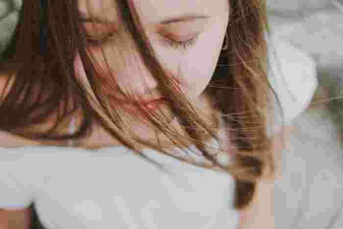 """乾燥やシワ、たるみなどの季節の変わり目の気になるお肌の悩みには、美容液の力を借りてみましょう。 きっと少しずつ揺らぎにくい、ストレスや刺激に負けない""""強い肌""""に変わっていくのが分かります。"""