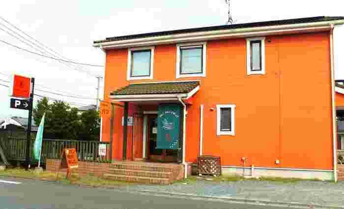 オレンジの外観が印象的な「baker's sign(ベイカーズサイン)」。福岡県産の小麦を使用した天然酵母パンが人気です。席数は少なめですが、おしゃれなイートインスペースもあるので店内でもパンをいただけます。