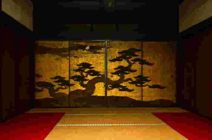 狩野山雪・金碧松三日月・・・妙心寺の塔頭、桂春院の書院から方丈へ、静かで端正な題記の襖絵です。