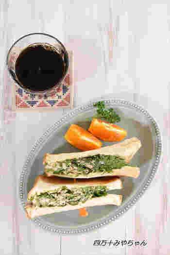 わさび菜とツナマヨの相性抜群な和風サンド。ざく切りにしたわさび菜とツナマヨ、醤油をよく混ぜ、食パンに挟んで軽くトーストします。わさび菜をたっぷり頬張れる一品。