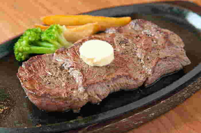 沖縄といえばステーキをイメージする方も多いのでは?おいしくて安くて、そして大きいアメリカンなステーキが食べたいなら、ぜひハンズへ。美浜アメリカンビレッジのデポアイランドビルにあります。ステーキだけでなく、ロブスターやハンバーグもそろっていますよ。