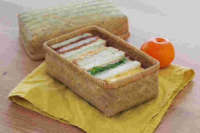 サンドイッチやおむすびなどを詰めるお弁当箱は、適度に湿気を逃してくれるものがベター。細い竹ひごを丁寧に編みこんで作られたこちらのお弁当箱は軽くて通気性がいいのが魅力。竹の手触りや爽やかな見た目も、気持ちをウキウキさせてくれますね。