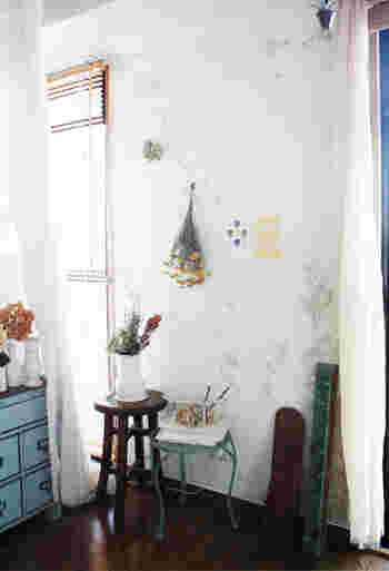 特に、植物をモチーフにした絵柄は、カラーに合わせてドライフラワーなどを一緒に飾ると、さらに優しい印象のお部屋に仕上がるのでおすすめです。