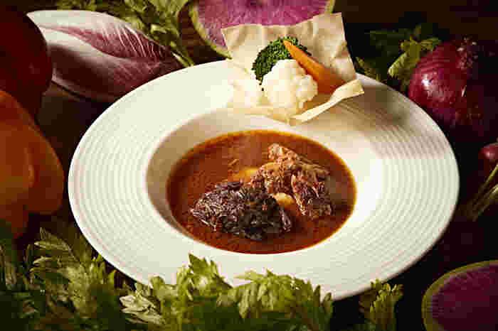 「特製ビーフシチュー」は、地元愛知県産の知多牛を使ってじっくりと煮込まれたお料理です。シチューのソースには知多牛の旨味が凝縮されており、付け合わせの野菜はもちろんのこと、選べるパンorライスとの相性も抜群です。