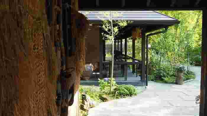 もちろん、それらの施設は、眺望や雰囲気などは、先に述べたように自然豊かな環境を活かしたものであり、都市圏の温泉施設とは一線を画していることは言うまでもありません。【日帰り温泉施設「箱根湯寮」館内】