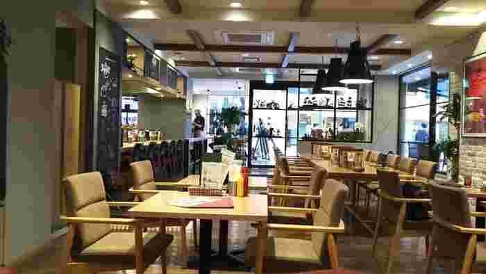 ファストフードのモスバーガーがプロデュースしている「モスプレミアム 千駄ヶ谷店」は、大人が満足できる絶品グルメバーガーが人気。大人向けとはいっても、テーブルやソファ席があるのでお子さん連れも安心です。