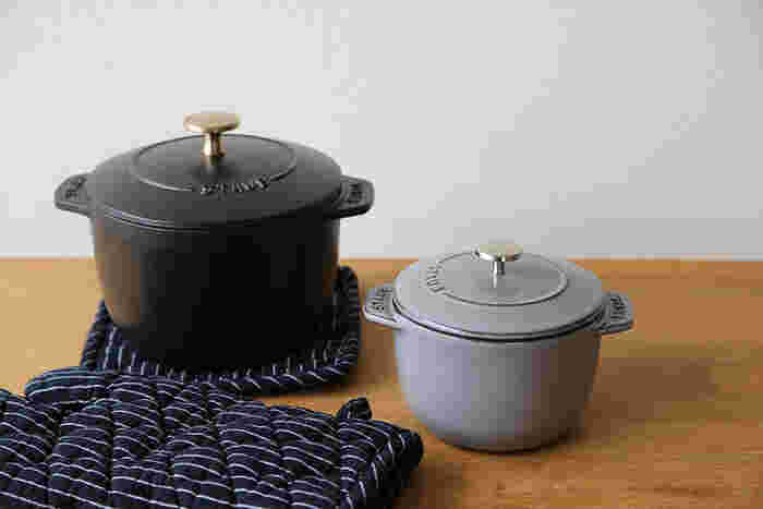 サイズは、1合炊きのSサイズ(12cm)と、2合炊きのMサイズ(16cm)の2種類。カラーはブラック、グランブルー、グレナディンレッド、グレー、チェリーの5種類です。