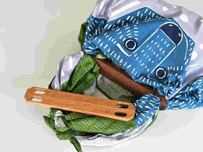こちらは、「ふろしきパッチン」というアイテムを使った簡単バッグ。荷物の多いときのセカンドバッグなどに便利です。一切縫うことがないので、お裁縫が苦手な方にもおすすめです。