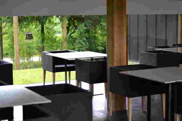 ダイニングルームは、昼間はガラス越しに、季節ごとの表情を見せる豊かな自然を眺めることができる、和モダンな雰囲気。