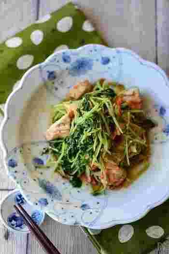 たっぷりの豆苗を使った、鶏むね肉と豆苗の中華和えのレシピ。ごま油の風味とお酢の酸味が食欲をそそります。お肉と野菜が一緒に摂れるのが嬉しいですね。