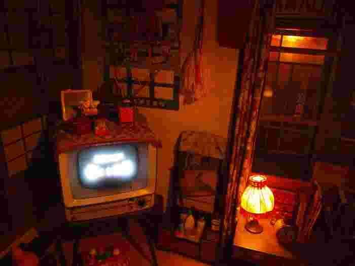 2階にはランプやはたきなどの雑貨から昭和の趣きを感じる部屋が。テレビからは昭和の大人気プロレスラーであった力道山の試合が流れています。