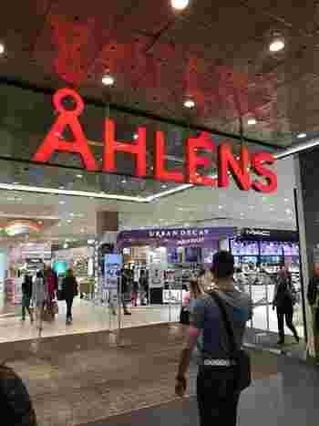 スウェーデンでもっとも有名な百貨店グループといえば「オーレンス」。  コスメや食器、衣類などここにくれば大抵のものが購入できますよ。  価格帯は日本の百貨店と同じくやや高めですが、夏や冬はセールも多く、比較的安価に北欧雑貨や食器が買えることもあります♪