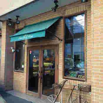看板が英語で外観も店内もスタイリッシュなのに可愛い響きの「ぱん吉」。お客さんの健康第一をモットーに地元から愛されているパン屋さんです。