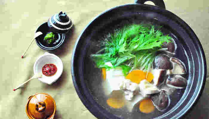 「いかに飯をうまく食い、いかに酒をうまく飲むか」をものづくりの発想の軸とされている「長谷園さん」の土鍋たち。素朴なあたたかさで私たちの食卓を豊かにしてくれます。