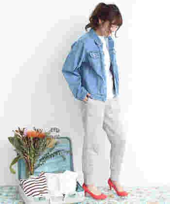 デニムジャケットに、白トップスとグレーのスウェットを合わせたラフカジスタイルです。足元には赤のヒールパンプスを合わせてちょっぴりレディなエッセンスをプラス♪
