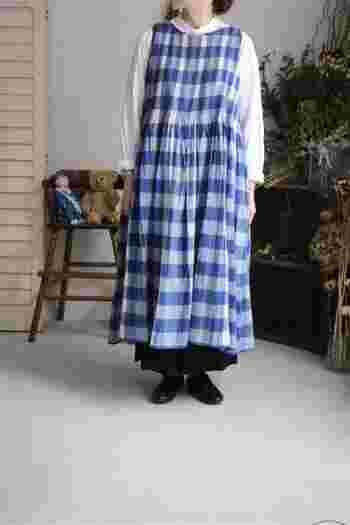 ノースリーブワンピースを、エプロンやジャンパースカートのように重ねるのは春~夏、夏~秋の季節の変わりめにおすすめ。コーデのマンネリも解消できそうです。