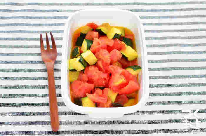 ズッキーニが美味しい季節に作りたい、サッパリとした炒め物。塩と醤油で味付けしたシンプルな味付けなので、素材の味を楽しめます。野菜から水分が出るので、お弁当に入れる時には、少し水気を切ってから入れましょう。