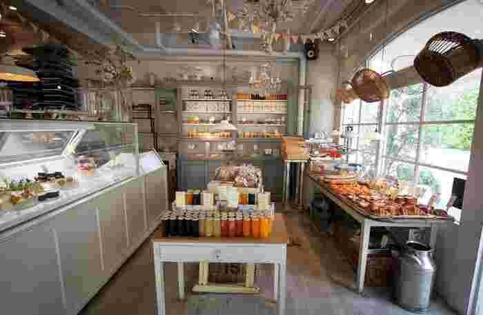 店内には焼き菓子や美味しそうなゼリーがたくさん並んでいて、見ているだけで幸せな気分に。ベーカリーコーナーにはカラフルで可愛いパンも。  パンを取るカゴや、販売している調味料、瓶詰めやカトラリー、一つ一つこだわりをもって集められたものばかりで、まるで外国にいるよう。奥にはアイスクリームやチョコレートのショーケースも。