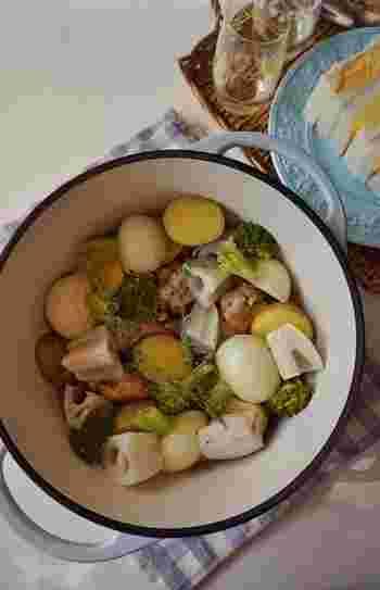 鍋料理もフランスの各地方にスペシャリティのある、ポピュラーな郷土料理です。こちらはハーブチキンと冬野菜を鍋でローストするレシピです。 蒸し焼きすることによって、野菜のうま味が凝縮され、鶏肉もふかふかに仕上がります。