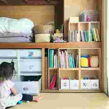 和室に押し入れがあれば、無印良品の衣装ケースを並べて使うアイデアも。