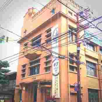 """三条御幸町角の1928ビルは、建築家武田五一設計で毎日新聞京都支社として1928年に建てられた、京都市の有形文化財に指定されているアールデコ様式のレトロモダンンなビルです。毎日新聞社の移転後に改装され、レストランや劇場などを擁する多目的で芸術的なビルにリニューアルしました。 地下へと続く階段を降りると広がるCafé Indépendantsは、""""歴史ある喫茶店""""とはまた違った趣の楽しさがあるカフェです。"""