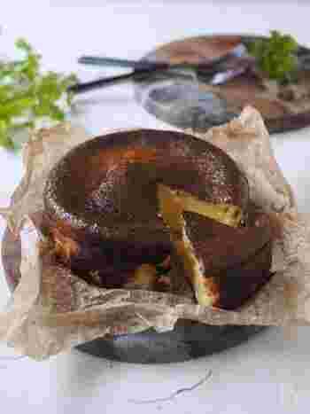 メディアなどで話題のバスクチーズケーキ。混ぜてオーブンで焼くだけなので、お菓子作りが初めての人もきっとおいしく作れます。カッテージチーズ、クリームチーズ、スライスチーズの濃厚な味わいを召し上がれ。