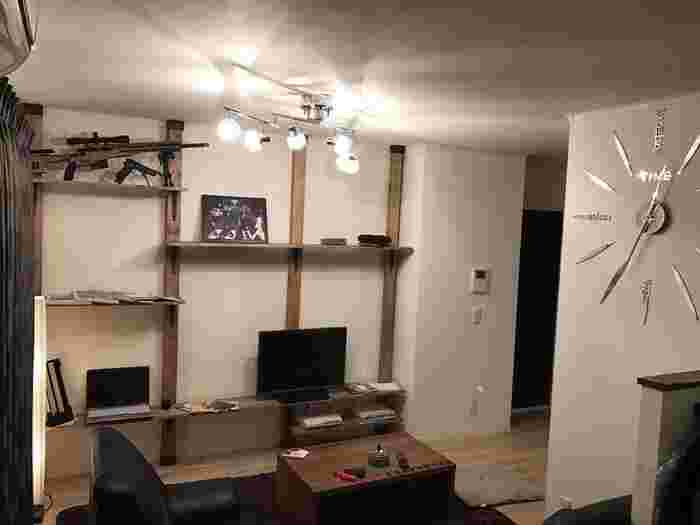 殺風景になりがちなテレビまわりの収納は、ディアウォールを複数使って大きな壁面収納を作ってみるのもおすすめです。水平器で棚がしっかり水平になっているかチェックすると簡単にできるそうですよ。