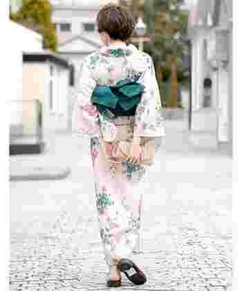 淡いベージュにあじさいの花柄が素敵な浴衣。ナチュラルな雰囲気でどなたにでも似合いそうです。繊細なあじさい柄が女性らしさを引き立てます。