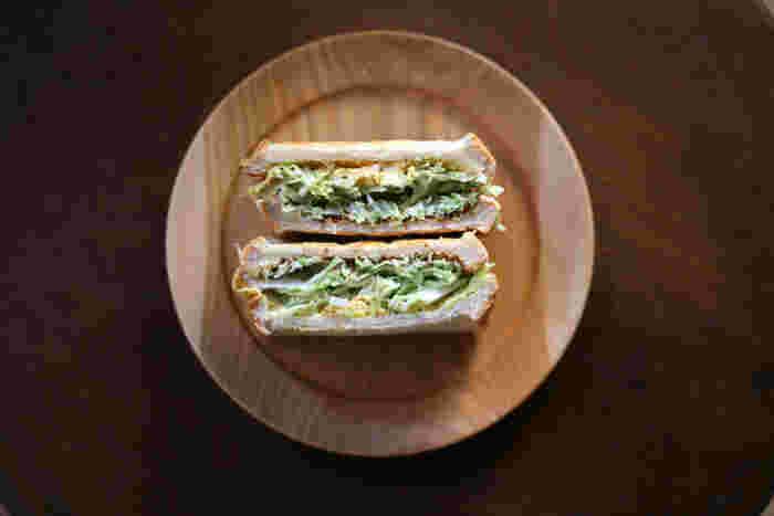 木のプレートには、野菜たっぷりのサンドイッチを合わせて、ナチュラルテイストもUP!器がシンプルなので、サンドイッチの美味しそうな断面に注目が集まります。