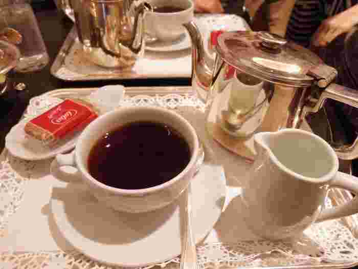 コーヒーはポットで運ばれてきます。カップ&ソーサーは、リチャードジノリ。カトラリーは銀製。