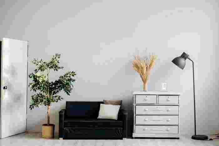 あまりスペースのないリビングルームは、どれだけ上手にゆとり空間を作れるかがカギ。均等に家具を配置せず一ヶ所にまとめて何もない空間を作るなど、空きスペースを作ることを意識してみましょう。少しでもいいので空白のスペースがあると、狭さを感じにくくなるのだそう♪