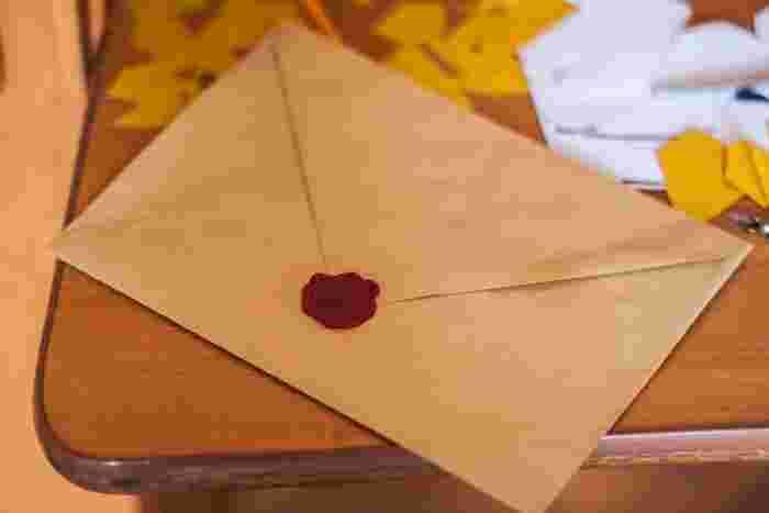 市販の封筒を分解してみると、どんな風に封筒が作られているのか構造がみえてきます。それをテンプレート代わりに、好きな色柄の紙を切り抜いてオリジナル封筒を作れますね。