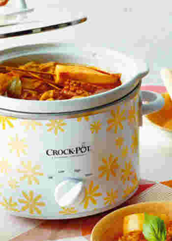 鶏手羽元やロールキャベツ、油揚げにチーズや卵を入れた巾着などをトマトソースでじっくり煮込んだ洋風おでん。もちろん、普通のお鍋でできます。