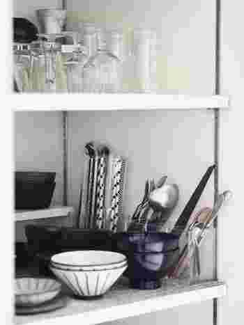 人が増えるごとに多くなるカトラリー類は、意外と収納場所をとるもの。収納するスペースが少ないコンパクトなキッチンには、無印良品のアクリルスタンドが大活躍!カトラリーを立てて収納し、食器棚の端におくことができるので、使い勝手も◎。