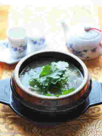 圧力鍋を使うと固いお肉もほろりとやわらかく仕上げることができます。生姜やにんにくなどの香味野菜がたっぷりと入ってさっぱりとしたお味が牛テールによく合います。