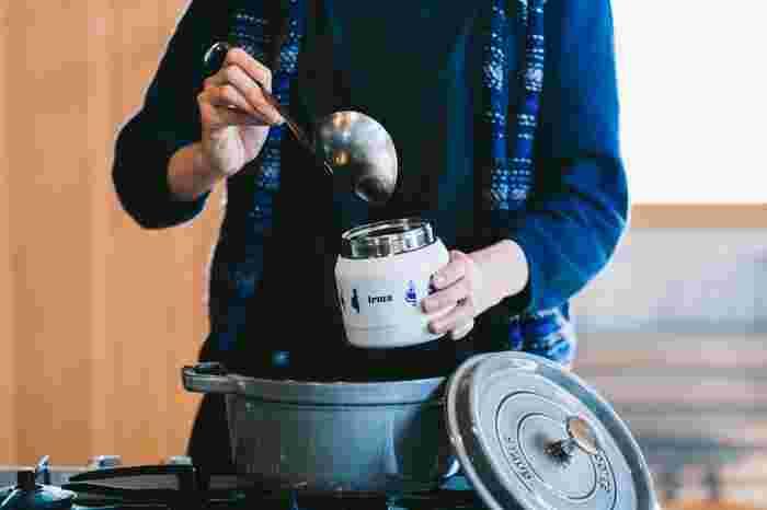 スープジャーには「保温調理機能」といううれしい機能があります。余熱で食材に火を通す方法のことで、加熱し続けないから光熱費の節約になり、仕込んだ後放っておいてもいいので調理の時短にもつながります。