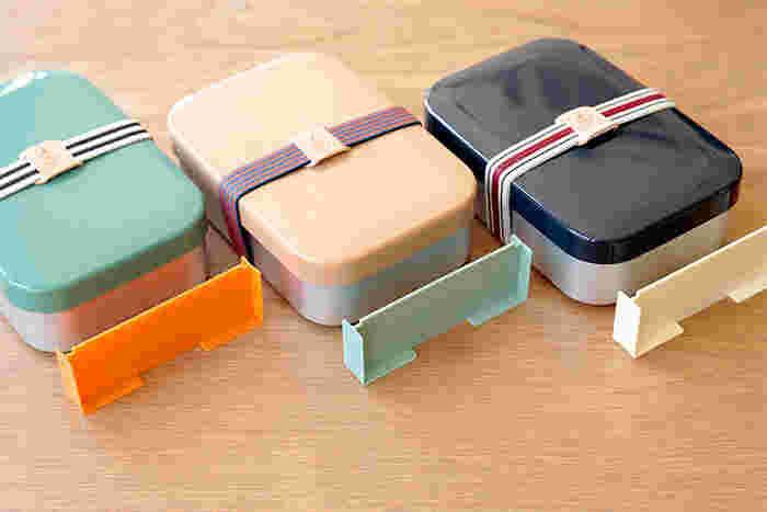"""ZELT(ツェルト)はドイツ語。""""テント""""の意味の名のメーカーでこのお弁当箱はレジャーシリーズのひとつ。アウトドアで使うものから日常品までいろいろな商品を作っています。カラフルな彩りが特徴です。このお弁当箱も三色用意。こだわりは、各カラーごとに色の違う仕切りと革製のブランドロゴの入ったバンド。考えられた色の組み合わせがオシャレです。こんなに素敵なら、お弁当作りのモチベーションも上がりそう。"""