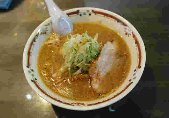 「お勧めを教えて!」と聞かれて、札幌市民が一番迷うのが「ラーメン」かもしれません。「あっさり」「こってり」「まろやか」「創作系」など、お店ごとに個性があり、愛着があるからこそ迷ってしまうんです。写真は味噌ラーメン専門の「狼スープ」。中島公園の近くにある人気店です。