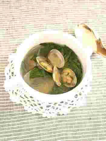 あさりと春菊の入った春らしいスープ。あさりのだし汁にナンプラーで味付けをし、エスニック風に仕上げたスープです。
