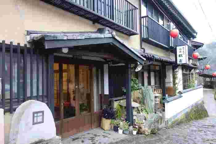 """純和風の温泉宿""""松屋""""。露天風呂付き個室もあり、とっても落ち着いた雰囲気のお宿です。"""