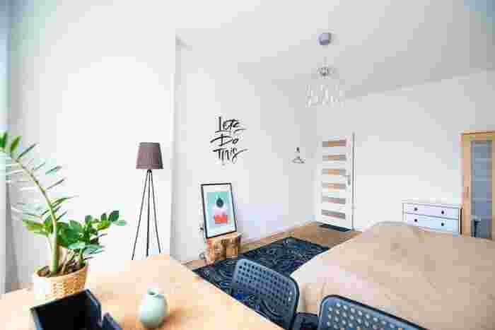 特別なものが置いていなくても、カラーコーディネートするだけで、気を配られたおしゃれな空間という印象になります。  絵が飾られた台と手前のテーブルは木目のブラウン、ドアとチェストは白など、大きな家具が同色でまとめることで、統一感のあるベースができあがり、紺や緑などのカラーが引き立ちます。