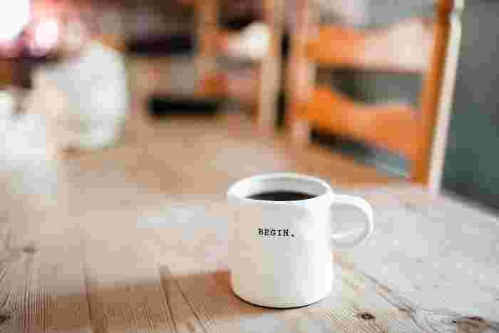 なんだかすっきり起きられない朝も、ちょっと休憩が必要なお昼も、寝る前にリラックスしたい夜もいつでもそこにあるのは温かい飲み物とマグカップ。思い思いの色や形で、使った人を癒してくれるマグカップをご紹介します。