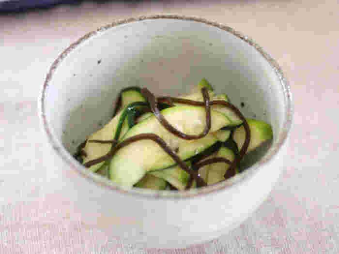 生のズッキーニを薄くスライスして、塩昆布と柚子こしょうで和えるだけの、シンプルで食感も良い副菜。柚子胡椒が苦手な方は柚子胡椒なしの、塩昆布のみの味付けでも美味しくいただけます。