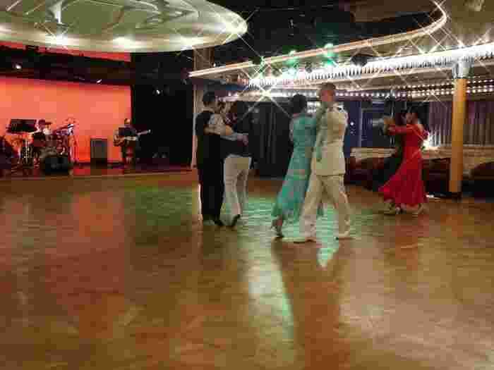 ダンスホールではインストラクターがダンスを指導。華やかなショーやパーティを楽しむだけでなく、シアターやフィットネスジム、展望風呂やサウナ、マッサージルームなどそれぞれが思い思いの洋上バカンスを満喫できます。