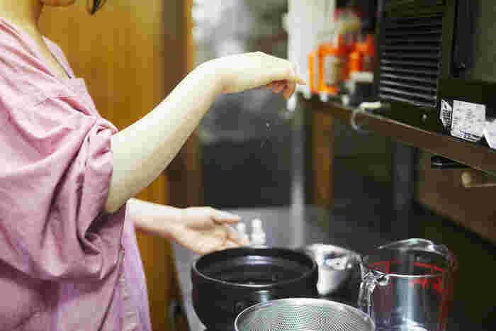 「ゆにわ」の店名は、祭事で神様をお招きする場所を意味する古神道の言葉から。お米を炊くまえに一礼二拝をし、祈りと想いを込めて厨房に立ちます。お塩をひとつまみ入れるのがゆにわ流